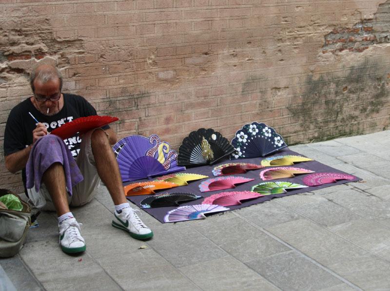 Художник, расписывающий веера в Малаге, Испания / Фото из Испании