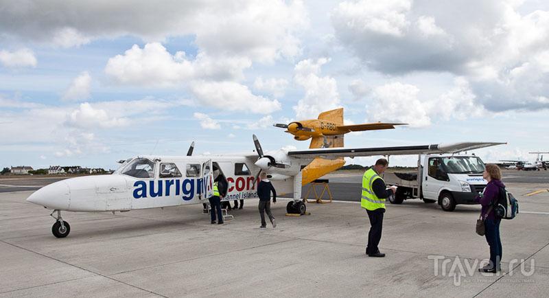 Посадка в самолет до острова Олдерни / Фото из Великобритании