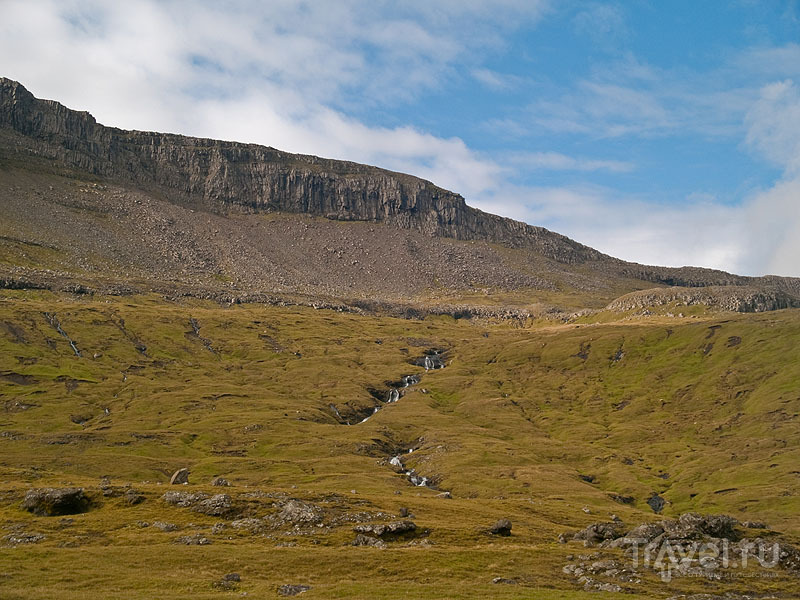 Фарерская красота: синее небо, зеленая трава и ниточка водопада / Фото с Фарерских островов