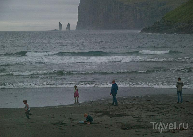 Дети играются на берегу ледяного океана / Фото с Фарерских островов
