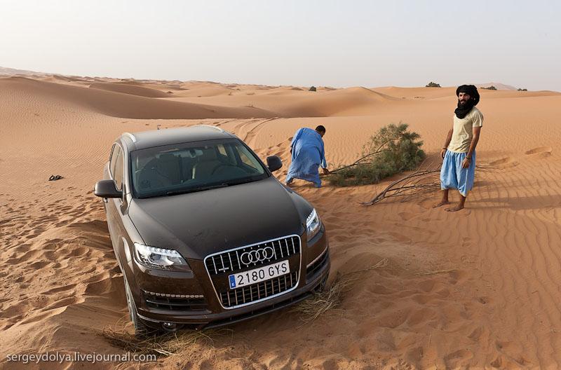 Застрявшая в песках Сахары машина, Марокко / Фото из Марокко