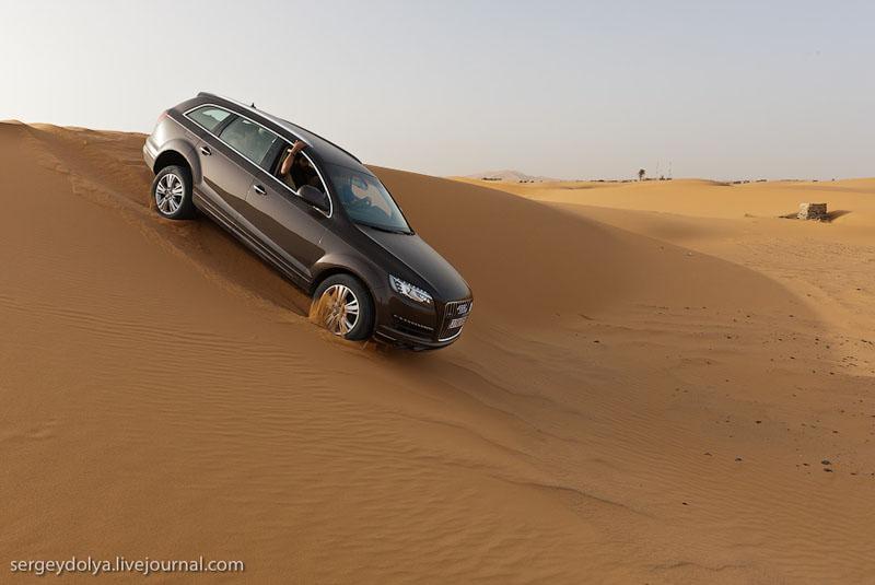 Машина на бархане в пустыне Сахара, Марокко / Фото из Марокко