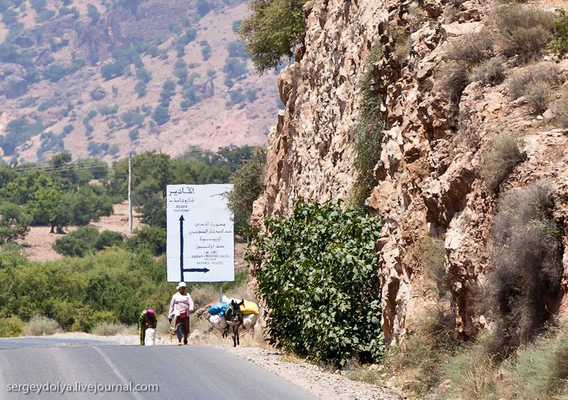 Указатель на дороге в Марокко / Фото из Марокко