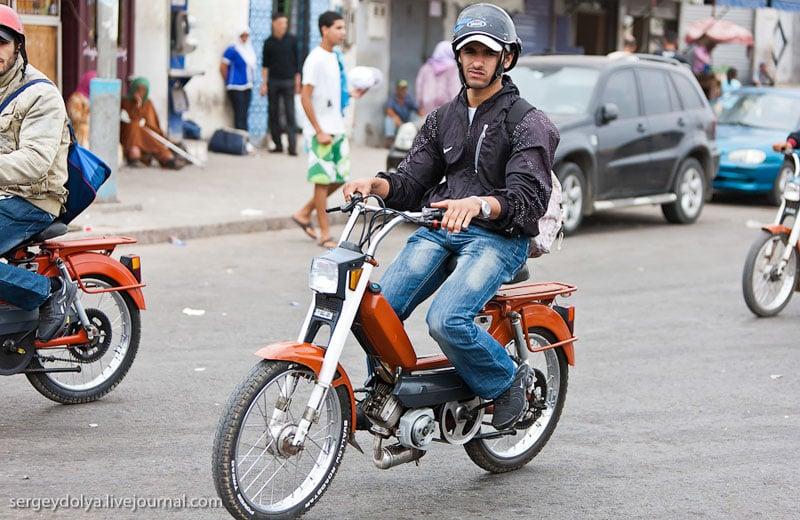 Мопедисты на дороге в Марокко / Фото из Марокко
