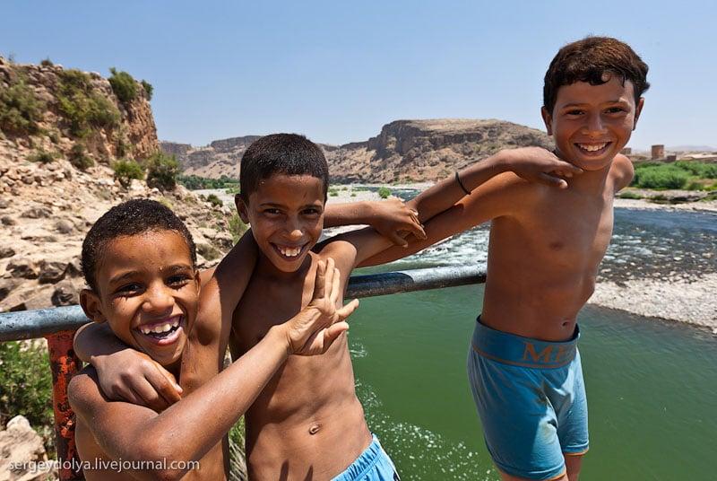 Местные мальчишки в Марокко / Фото из Марокко