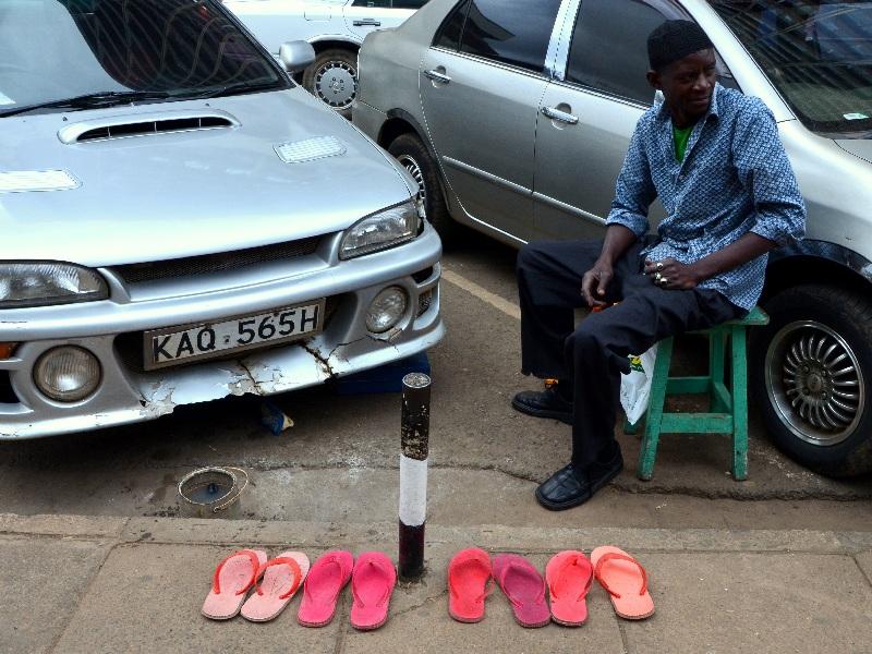 Торговец на улице в Найроби / Фото из Кении