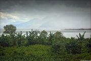 Вид с дороги на озеро / Индонезия