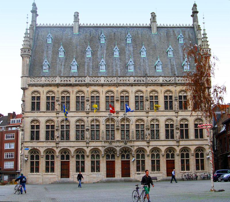 На площади Grote Markt в Лёвене / Фото из Бельгии
