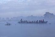 Люди народности Па-О плывут на воскресный рынок / Мьянма