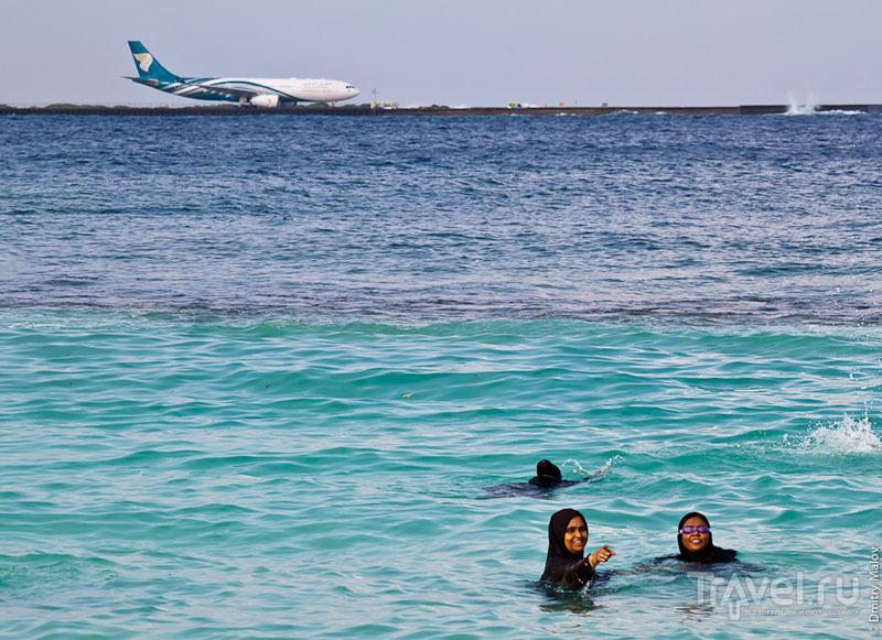 Купающиеся женщины на Мальдивах / Фото с Мальдив