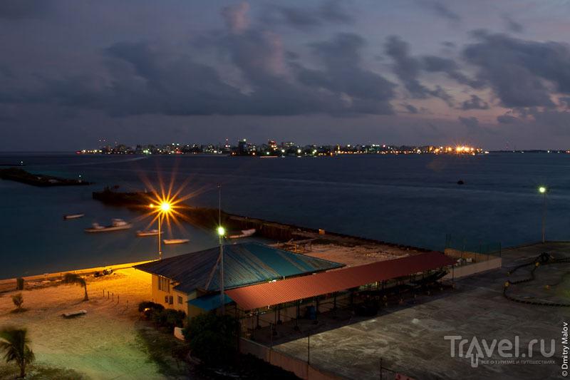 Вид на столицу Мальдив вечером / Фото с Мальдив