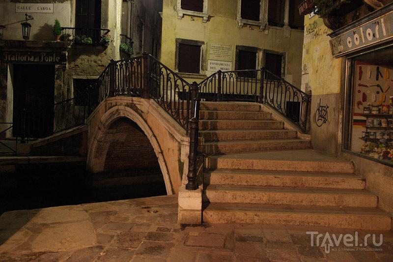 Аккуратный мостик через венецианский канал / Фото из Италии