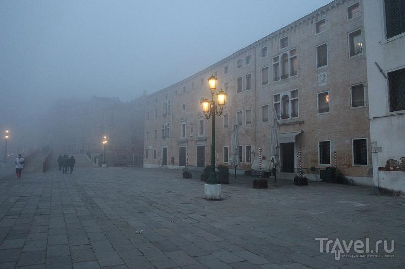 Набережная в вечернем тумане / Фото из Италии