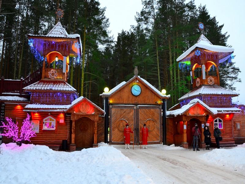 Въездные ворота в вотчину Деда Мороза / Фото из России