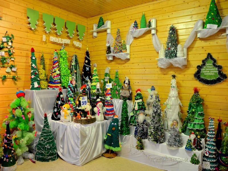 Коллекция ёлок в доме Деда Мороза / Фото из России