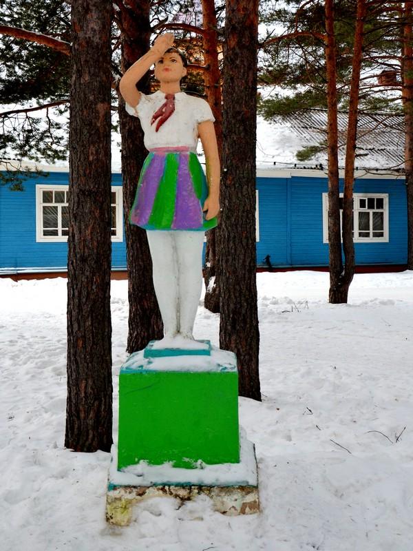 Скульптура пионерки в вотчине Деда Мороза / Фото из России