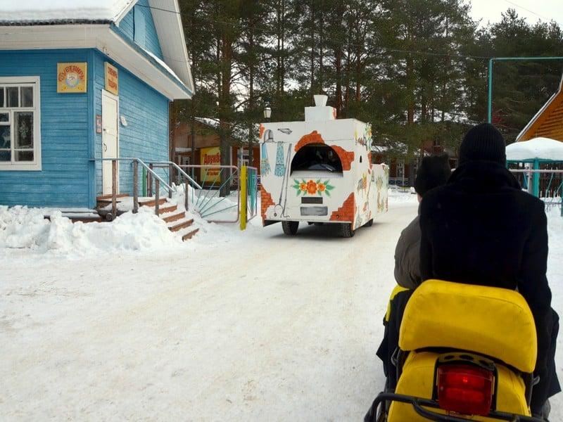 Катание на снегоходе и сказочной печи / Фото из России