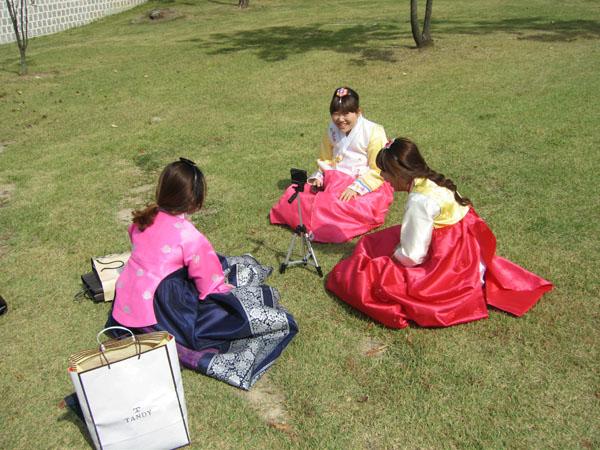 Девушки в национальных корейских нарядах / Фото из Южной Кореи