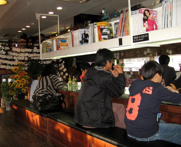 Посетители кафе в Сеуле / Фото из Южной Кореи