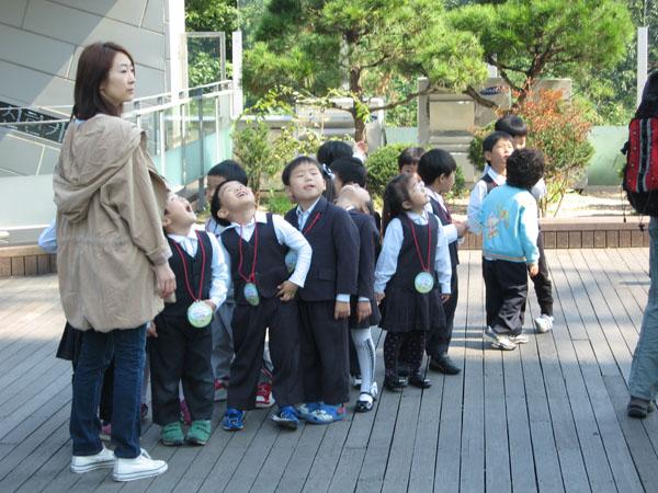 Группа школьников у телебашни в Сеуле / Фото из Южной Кореи