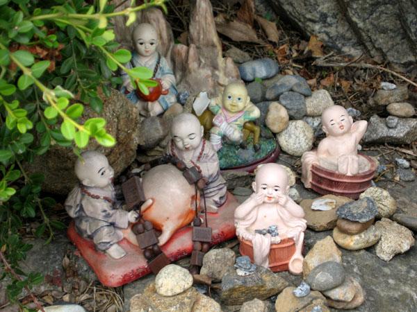 Фигурки в монастыре Понъынса, Сеул / Фото из Южной Кореи