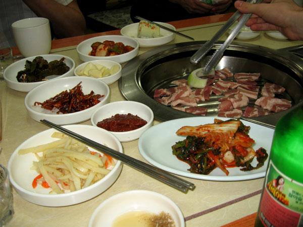 Свинина на решетке в сеульском ресторане / Фото из Южной Кореи