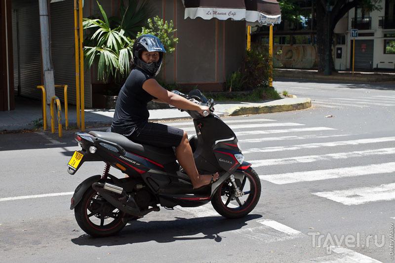 Мотоциклистка на Таити / Фото из Французской Полинезии