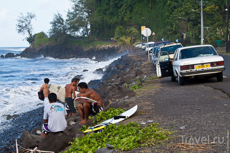 Серферы с острова Таити / Фото из Французской Полинезии