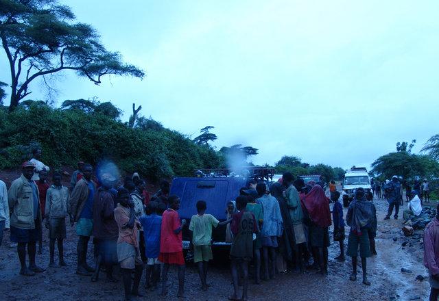 Остановка машины рядом с местными жителями / Эфиопия