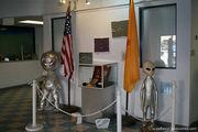 Два существа с флагами / США