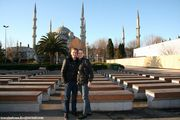 На фоне  Голубой Мечети / Турция