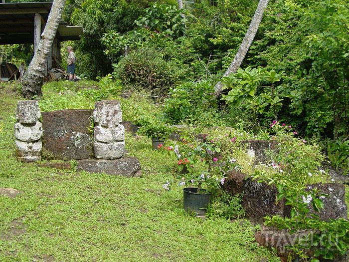 Языческие тики на могиле острова Хива-Оа / Фото из Французской Полинезии