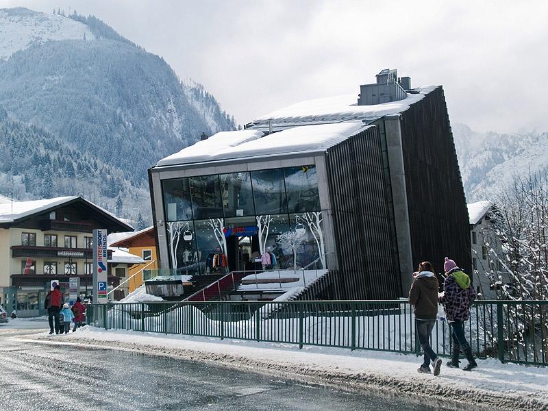 Современное здание с магазином Intersport, Капрун / Фото из Австрии