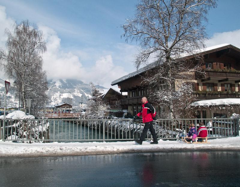 Речка в центре Капруна / Фото из Австрии