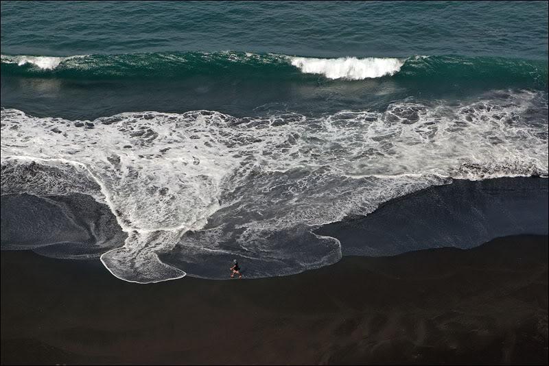 Черный пляж у подножия Сан-Филипи, Кабо-Верде   / Фото из Кабо-Верде