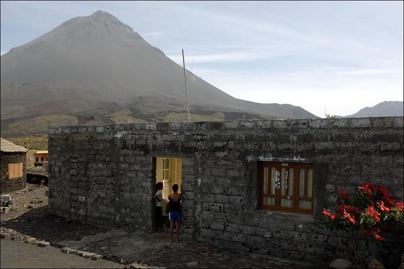 Блоки для строительства домов местные жители пилят из застывшей лавы, Кабо-Верде  / Фото из Кабо-Верде