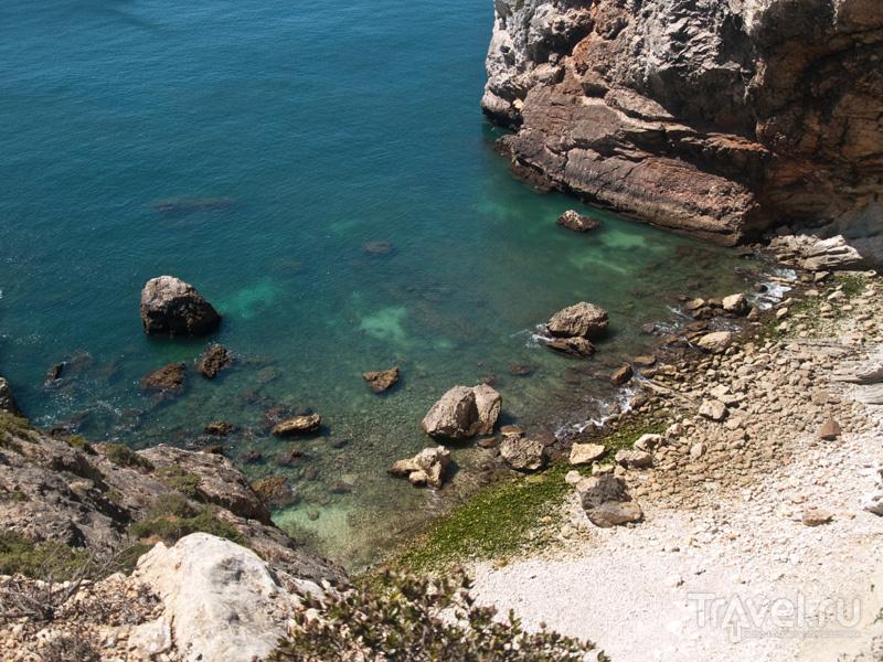 Вода и скалы - типичные пейзажи около Сагриша / Фото из Португалии