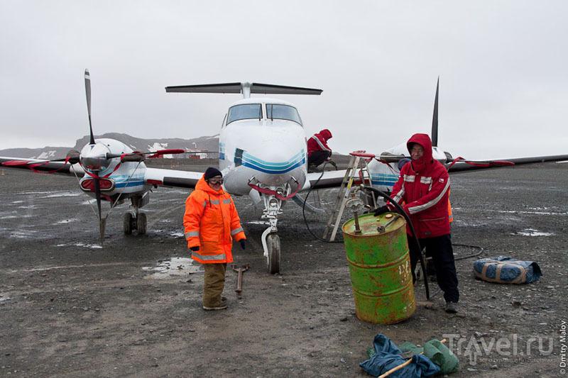 Заправка самолета в аэропорту Вилья-лас-Эстрельяс / Фото из Антарктики