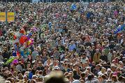 Толпа перед университетом / Швеция