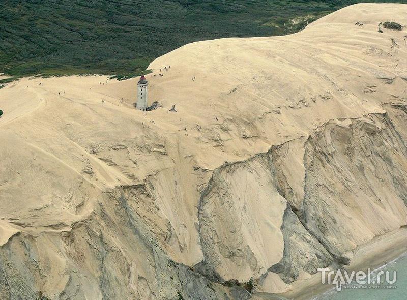 От маяка до обрыва осталось несколько десятков метров / Дания