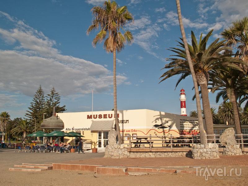 Маяк и музей на набережной Свакопмунда / Фото из Намибии