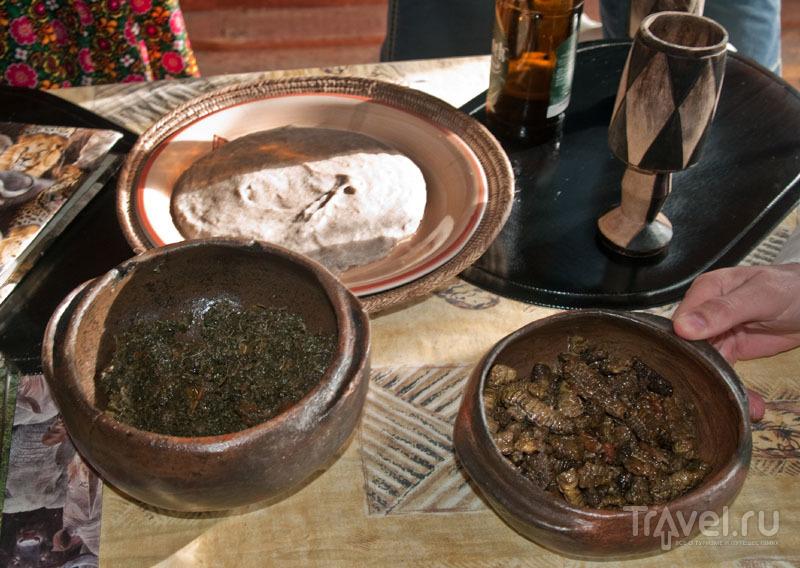 Мамалыга, шпинат и гусеницы - стол в Мондесе / Фото из Намибии