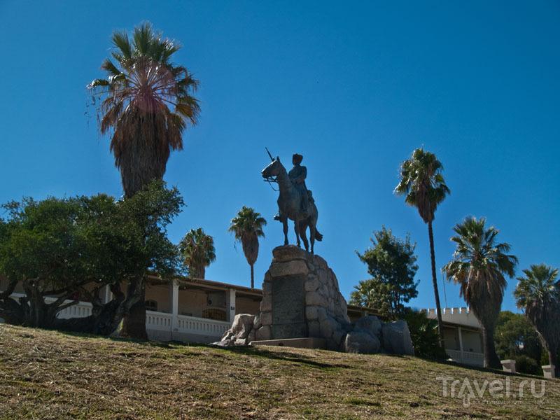 Конная статуя в Виндхуке / Фото из Намибии