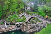 Пешеходы на мосту / Швейцария