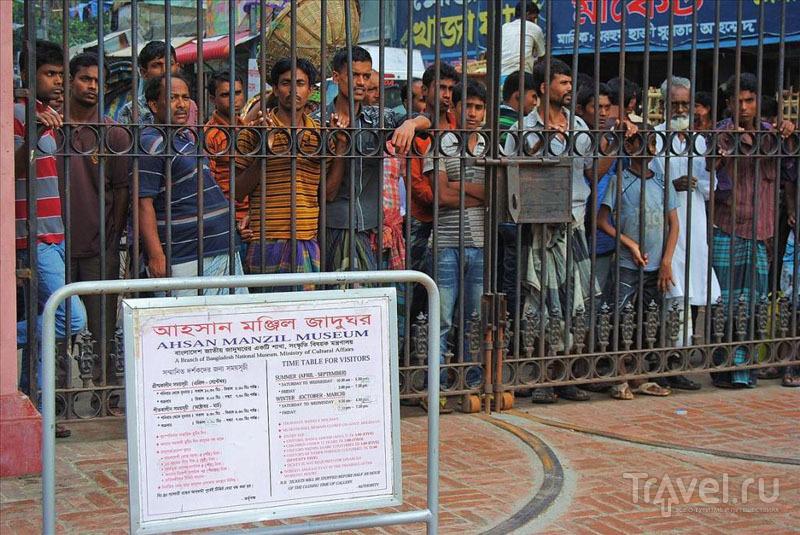 Местные жители у ворот Розового дворца в Дакке / Фото из Бангладеш