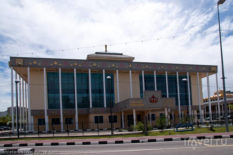 Здание маджлиса и правительства Брунея / Фото из Брунея