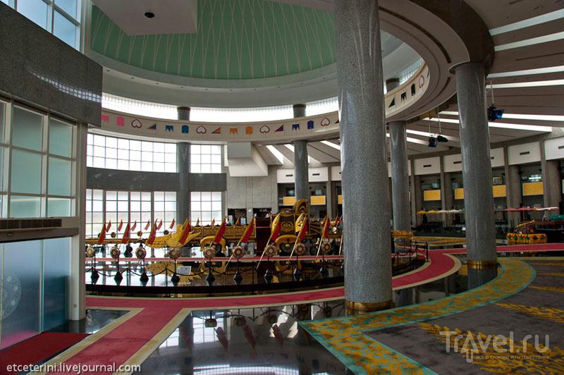 Холл Музея королевских регалий в Бандар-Сери-Бегаване, Бруней / Фото из Брунея