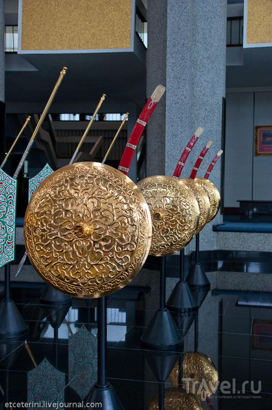 Щиты и сабли из Музея королевских регалий в Бандар-Сери-Бегаване, Бруней / Фото из Брунея