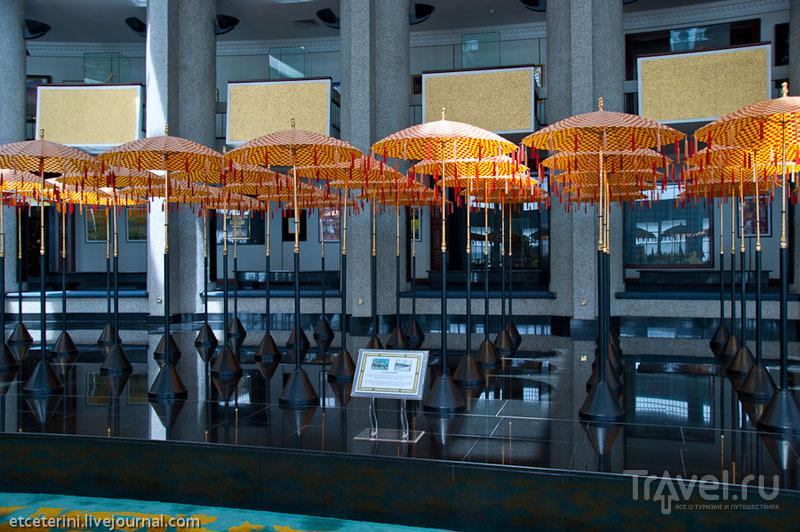 Церемониальные зонтики в Музее королевских регалий Бандар-Сери-Бегавана, Бруней / Фото из Брунея