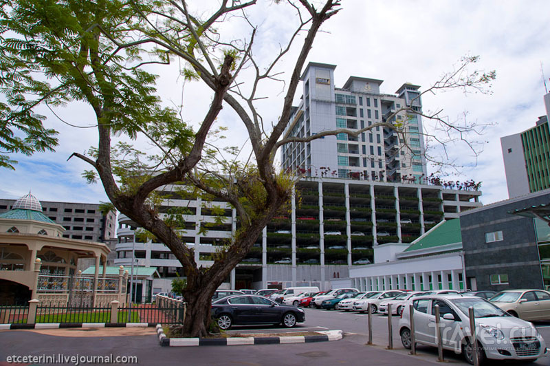 Многоуровневая стоянка в Бандар-Сери-Бегаване, Бруней / Фото из Брунея